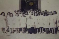 1950. LEANDRO FERREIRA.MG. O SERVO DE DEUS COM FILHAS DE MARIA